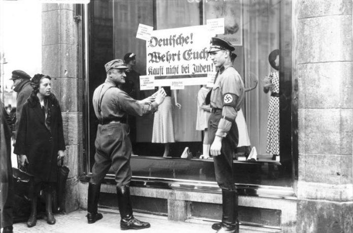 Nazis vor Schaufenster