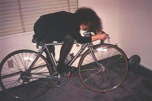 Rosa auf dem Fahrrad in ihrer Wohnung