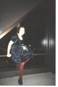 Rosa posiert vor der Skyline einer Stadt