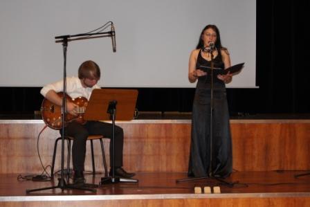 ASRianerin als Sängerin bei der Abschlußfeier