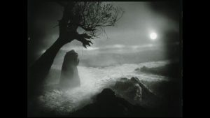 Filmstill mit dunkler Landschaft