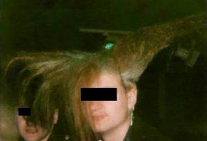 B. etwa 1990 mit Teller-Frisur