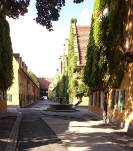 Die Fuggerei ist die älteste Sozialsiedlung der Welt (gestiftet von Jakob Fugger 1521) und bietet auch heute noch bedürftigen katholischen Augsburgern einen Wohnplatz