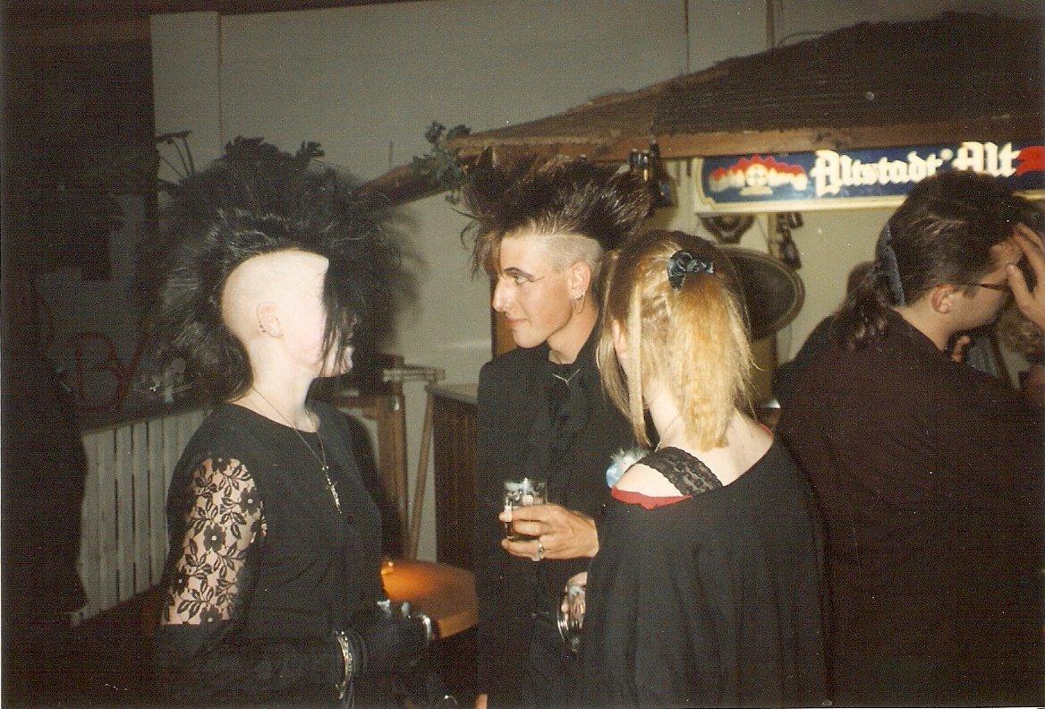grufti fete 1993 die unheimliche kerstin feiert ihren 30. Black Bedroom Furniture Sets. Home Design Ideas