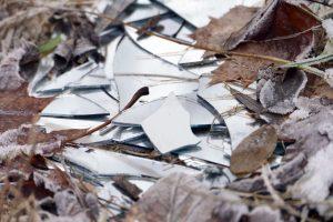 tanzfledermaus-gesellschaftskritik-zerbrochenes-glas