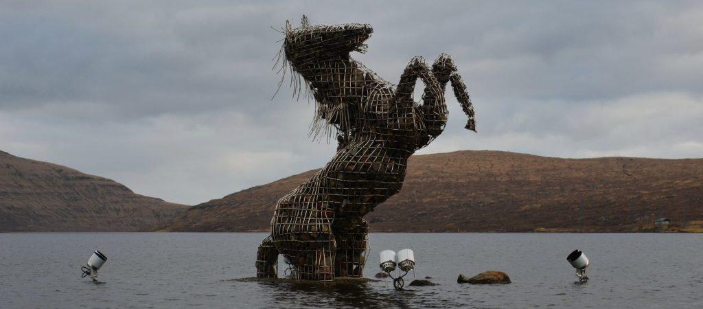 Pferdeskulptur Soervágsvatn