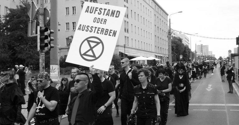 Eine schwarze Demo in Leipzig – der Trauermarsch für aussterbende Arten beim WGT 2019
