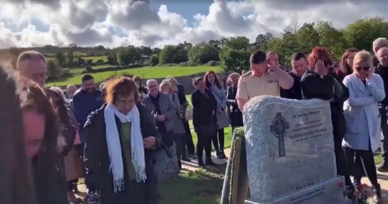 Bestattungskultur im Wandel der Zeit? Der Ire Shay Bradley prankt seine eigene Bestattung