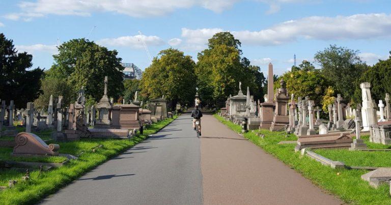 Party auf dem Friedhof: Werden die Orte der Trauer entweiht?